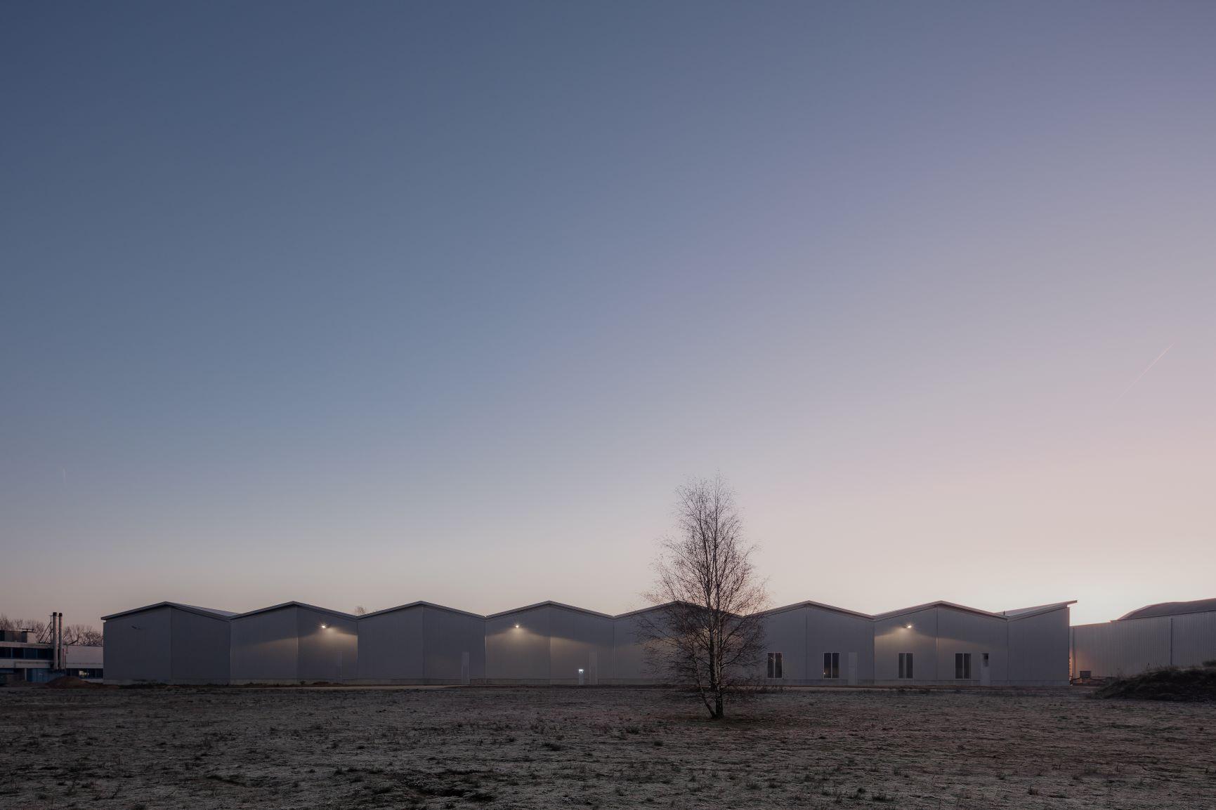 Ingetogen en krachtig functioneel gebouw op IPKW door Space Encounters